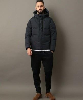 Outfits hombres: Para un atuendo que esté lleno de caracter y personalidad empareja un plumífero en gris oscuro junto a un pantalón de chándal negro. Completa tu atuendo con botines chelsea de ante marrónes para mostrar tu inteligencia sartorial.