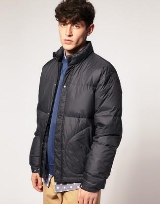 Cómo combinar: plumífero en gris oscuro, jersey con cuello circular azul, camisa de manga larga a lunares gris, pantalón chino marrón claro