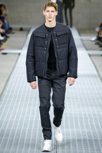 Cómo combinar: plumífero en gris oscuro, jersey con cuello circular negro, pantalón chino en gris oscuro, botas casual de cuero blancas