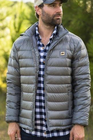 Cómo combinar: plumífero gris, camisa de manga larga de cuadro vichy en blanco y azul marino, vaqueros azul marino, gorra de béisbol en beige