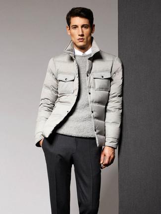 Cómo combinar: plumífero gris, jersey con cuello circular gris, camisa de vestir blanca, pantalón de vestir de lana en gris oscuro