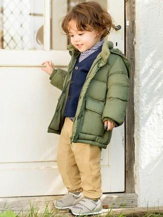 Cómo combinar: plumífero verde oliva, jersey de rayas horizontales en azul marino y blanco, cárdigan azul marino, pantalones marrón claro