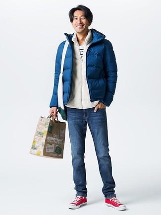 Cómo combinar: plumífero azul marino, jersey con cremallera de forro polar blanco, camiseta con cuello circular de rayas horizontales en blanco y negro, vaqueros azul marino