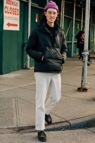 Cómo combinar un plumífero negro estilo casual elegante: Intenta combinar un plumífero negro junto a un pantalón chino blanco para lograr un look de vestir pero no muy formal. Este atuendo se complementa perfectamente con botas safari de cuero negras.