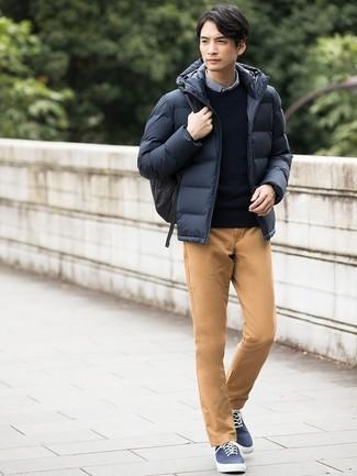 Elige un jersey con cuello circular azul marino de hombres de Anvil y un pantalón chino marrón claro para una apariencia fácil de vestir para todos los días. Haz este look más informal con tenis de lona azul marino.