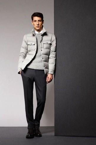 Cómo combinar: plumífero gris, jersey con cuello circular gris, camisa de vestir blanca, pantalón de vestir de lana negro