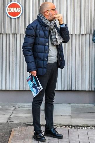 Cómo combinar un pantalón de vestir de lana en gris oscuro: Utiliza un plumífero azul marino y un pantalón de vestir de lana en gris oscuro para rebosar clase y sofisticación. Zapatos derby de cuero negros son una opción inigualable para completar este atuendo.