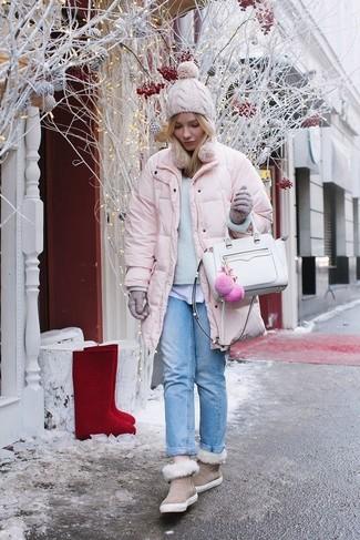 Cómo combinar unos guantes de lana grises: Un plumífero rosado y unos guantes de lana grises son tu atuendo para salir los días de descanso. Para el calzado ve por el camino informal con botas ugg en beige.