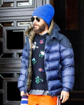 Cómo combinar: plumífero azul, jersey con cuello circular con print de flores azul marino, camiseta con cuello circular gris, pantalón de chándal naranja