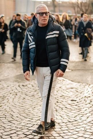 Outfits hombres: Utiliza un plumífero en azul marino y blanco y un pantalón cargo blanco para conseguir una apariencia relajada pero elegante. ¿Por qué no ponerse zapatos derby de cuero negros a la combinación para dar una sensación más clásica?