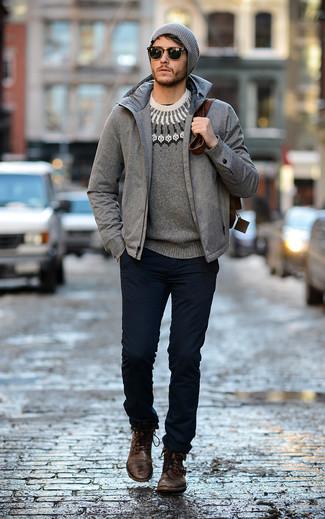 Cómo combinar: plumífero gris, jersey con cuello circular de grecas alpinos gris, pantalón chino azul marino, botas casual de cuero en marrón oscuro