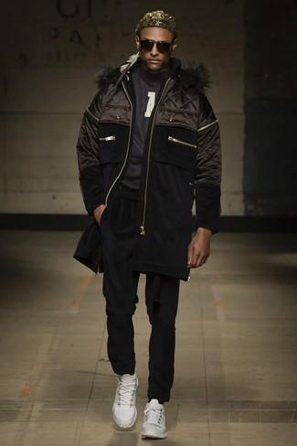 Cómo combinar: plumífero negro, jersey con cuello circular estampado en negro y blanco, pantalón chino negro, zapatillas altas blancas
