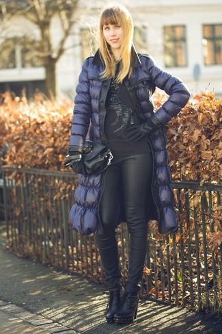 Cómo combinar: plumífero azul marino, jersey con cuello circular con adornos negro, pantalones pitillo de cuero negros, botines de cuero negros