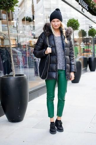 Cómo combinar: plumífero negro, jersey con cuello circular gris, pantalones pitillo de cuero verdes, zapatos oxford de ante gruesos negros