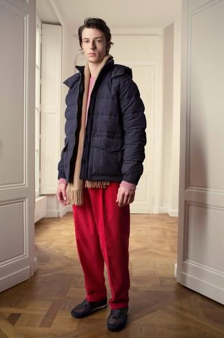 Cómo combinar: plumífero azul marino, jersey con cuello circular rosa, vaqueros de pana rojos, tenis en marrón oscuro