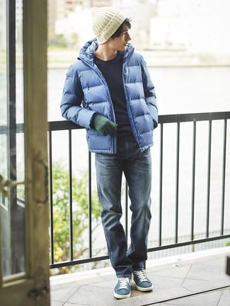 Elige un jersey con cuello circular azul marino de hombres de Fred Perry y unos vaqueros azul marino para conseguir una apariencia relajada pero elegante. Este atuendo se complementa perfectamente con tenis de ante azules.