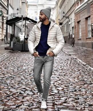 Cómo combinar un plumífero blanco: Empareja un plumífero blanco con unos vaqueros grises para las 8 horas. Si no quieres vestir totalmente formal, haz tenis de lona blancos tu calzado.