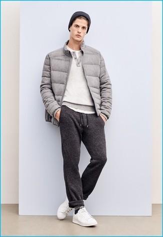 Cómo combinar: plumífero gris, jersey con cuello henley gris, camiseta con cuello circular blanca, pantalón de chándal en gris oscuro