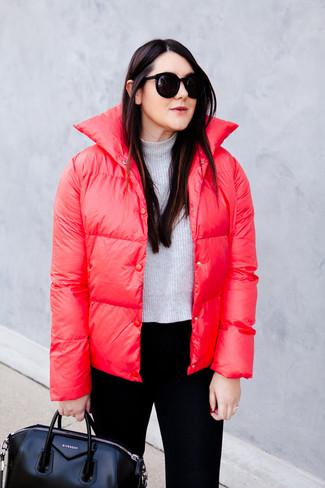 Cómo combinar: plumífero rojo, jersey corto gris, pantalones pitillo negros, bolsa tote de cuero negra