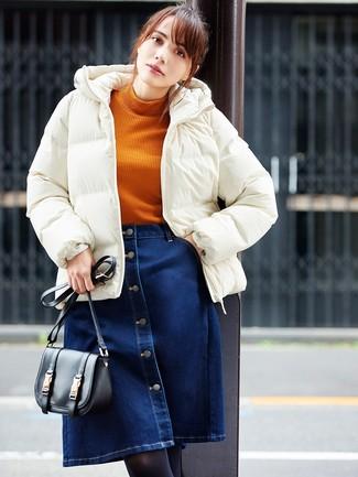 Cómo combinar: plumífero blanco, jersey de cuello alto de punto naranja, falda con botones vaquera azul marino, bolso bandolera de cuero negro