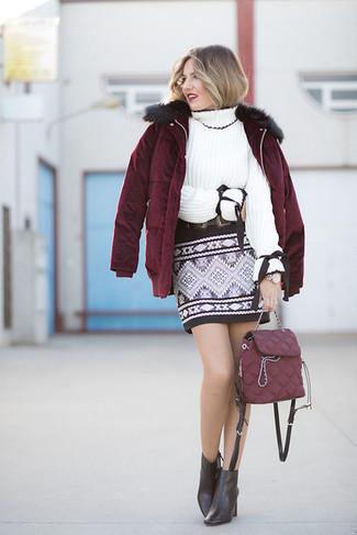 Cómo combinar: plumífero burdeos, jersey de cuello alto de punto blanco, minifalda con estampado geométrico negra, botines de cuero negros