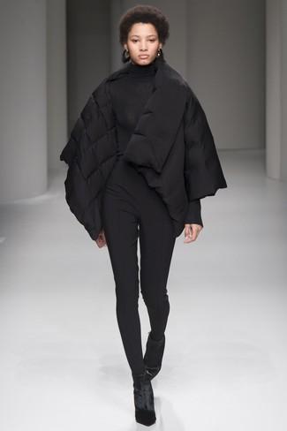Cómo combinar: plumífero negro, jersey de cuello alto negro, pantalones pitillo negros, botines de terciopelo negros