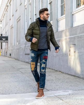 Look de moda: Plumífero verde oscuro, Jersey de cuello alto de rayas horizontales en azul marino y blanco, Vaqueros de patchwork azules, Botas brogue de cuero marrónes