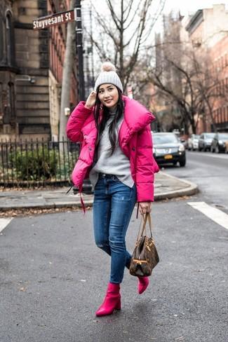 Cómo combinar: plumífero rosa, jersey de cuello alto gris, vaqueros pitillo desgastados azules, botines de cuero rosa