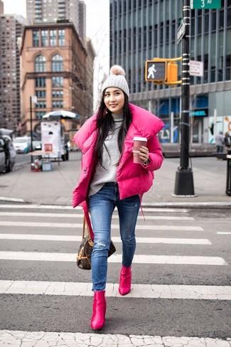 Cómo combinar un jersey de cuello alto gris: Ponte un jersey de cuello alto gris y unos vaqueros pitillo desgastados azules para una apariencia fácil de vestir para todos los días. Botines de cuero rosa son una opción inmejorable para complementar tu atuendo.