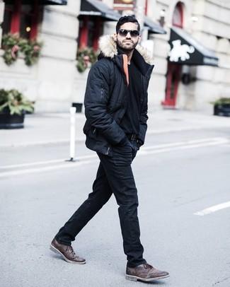 Cómo combinar una correa de cuero negra: Emparejar un plumífero negro con una correa de cuero negra es una opción inigualable para el fin de semana. Con el calzado, sé más clásico y complementa tu atuendo con botas safari de cuero en marrón oscuro.