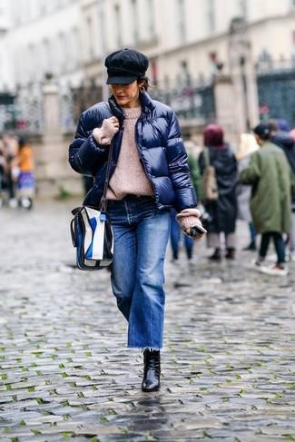 Cómo combinar: plumífero azul marino, jersey oversized de punto en beige, falda pantalón vaquera azul, botines de cuero negros