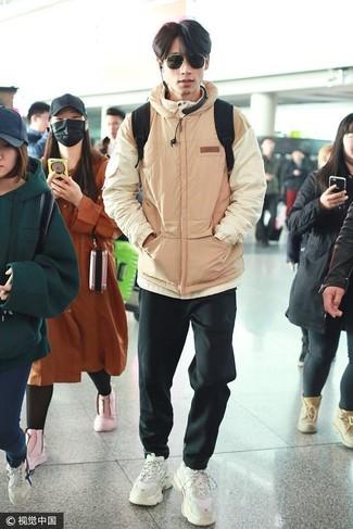 Cómo combinar: plumífero marrón claro, pantalón de chándal negro, deportivas blancas, mochila negra