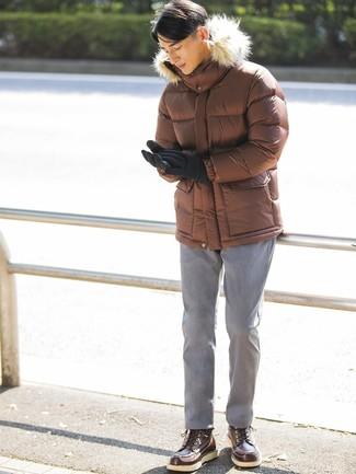Cómo combinar: plumífero marrón, pantalón chino gris, botas de trabajo de cuero en marrón oscuro, guantes de lana negros