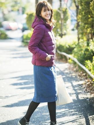 Cómo combinar una falda lápiz vaquera azul: Intenta ponerse un plumífero morado y una falda lápiz vaquera azul para cualquier sorpresa que haya en el día. ¿Por qué no añadir zapatillas altas de lona en negro y blanco a la combinación para dar una sensación más relajada?