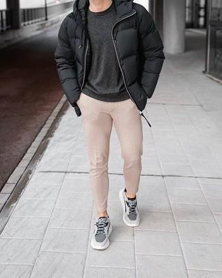 Cómo combinar un pantalón chino en beige: Un plumífero negro y un pantalón chino en beige son un look perfecto para ir a la moda y a la vez clásica. ¿Quieres elegir un zapato informal? Elige un par de deportivas grises para el día.
