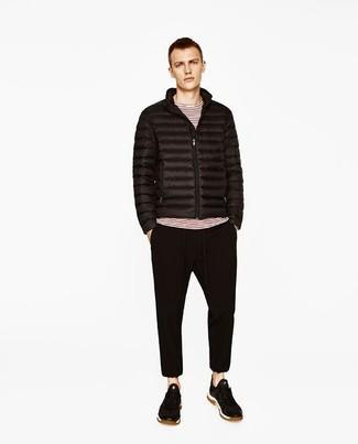 Cómo combinar: plumífero negro, camiseta de manga larga de rayas horizontales en blanco y rojo, pantalón de chándal negro, tenis de ante negros