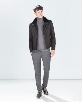 Cómo combinar: plumífero negro, jersey de cuello alto gris, pantalón de vestir gris, deportivas de ante en gris oscuro