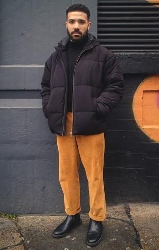 Cómo combinar un plumífero negro: Intenta ponerse un plumífero negro y un pantalón chino de pana en tabaco para el after office. Elige un par de botines chelsea de cuero negros para mostrar tu inteligencia sartorial.