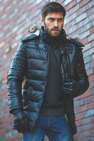 Cómo combinar: plumífero negro, jersey de cuello alto negro, vaqueros azules, guantes de cuero negros