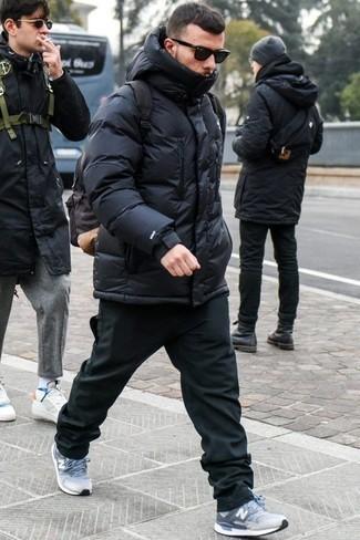 Cómo combinar un plumífero negro: Empareja un plumífero negro con un pantalón chino negro para crear un estilo informal elegante. Haz este look más informal con deportivas celestes.