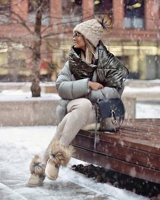 Ponte un plumífero gris y un pantalón de chándal beige para un look agradable de fin de semana. Para el calzado ve por el camino informal con botas ugg beige.