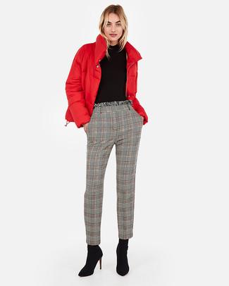 Cómo combinar: plumífero rojo, jersey de cuello alto negro, pantalón de pinzas de tartán gris, botines de ante negros