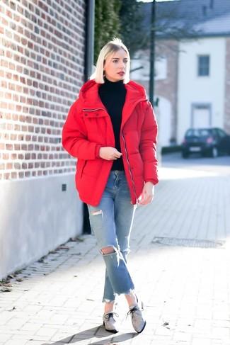 Cómo combinar unos vaqueros desgastados celestes: Emparejar un plumífero rojo con unos vaqueros desgastados celestes es una opción grandiosa para el fin de semana. Elige un par de zapatos oxford de lona grises para mostrar tu lado fashionista.