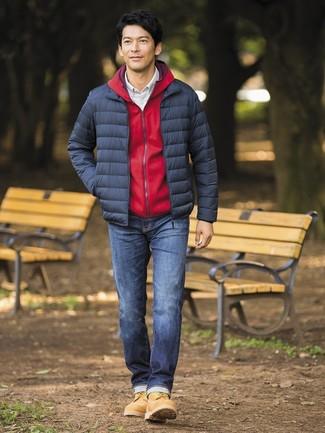 Cómo combinar: plumífero azul marino, sudadera con capucha roja, camisa de manga larga a cuadros blanca, vaqueros azul marino