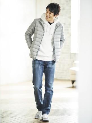 Cómo combinar: plumífero gris, sudadera con capucha blanca, camiseta con cuello circular negra, vaqueros azules