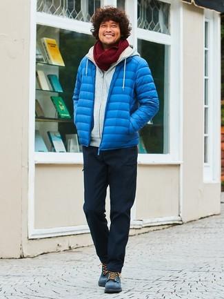 Cómo combinar: plumífero azul, sudadera con capucha gris, pantalón cargo negro, botas casual de ante azul marino