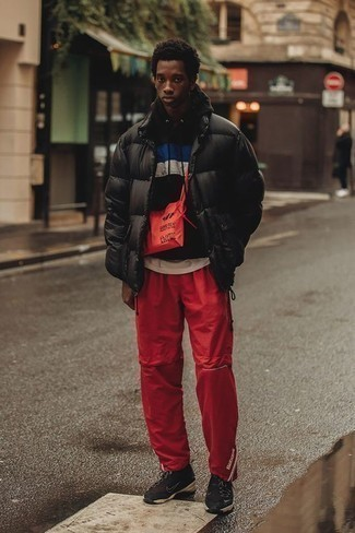 Cómo combinar un plumífero negro: Utiliza un plumífero negro y un pantalón de chándal rojo para un almuerzo en domingo con amigos. ¿Por qué no añadir deportivas negras a la combinación para dar una sensación más relajada?