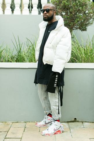 Cómo combinar: plumífero blanco, sudadera con capucha estampada en negro y blanco, vaqueros celestes, zapatillas altas de cuero estampadas blancas