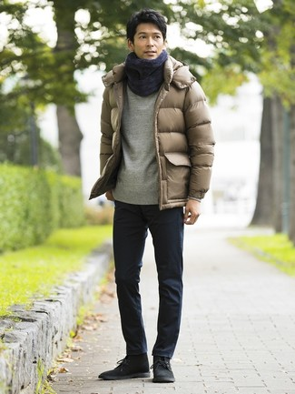 Cómo combinar: plumífero marrón claro, sudadera gris, pantalón chino azul marino, botas safari de ante negras