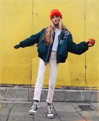 Cómo combinar: plumífero en verde azulado, top corto estampado gris, vaqueros en beige, zapatillas altas de lona en negro y blanco
